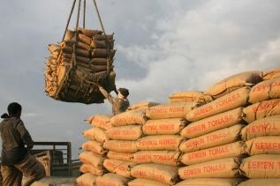 BONGKAR SEMEN - Buruh membongkar semen di Pelabuhan Tenau Kupang, NTT, Kamis (3/12. Kelangkaan semen di  daerah itu berhasil diatasi setelah sebanyak 5.500 ton semen tonasa yang diangkut Kapal Motor (KM) Swakarsa, sandar di pelabuhan Tenau Kupang, dua hari lalu. FOTO: MI/PALCE AMALO