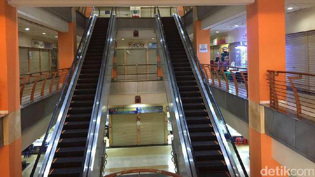 Fenomena pusat perbelanjaan yang mulai meredup ditinggal konsumen sangat  terasa di DKI Jakarta. Hal tersebut berakibat kepada perputaran uang dalam  dunia ... a75c1e659d